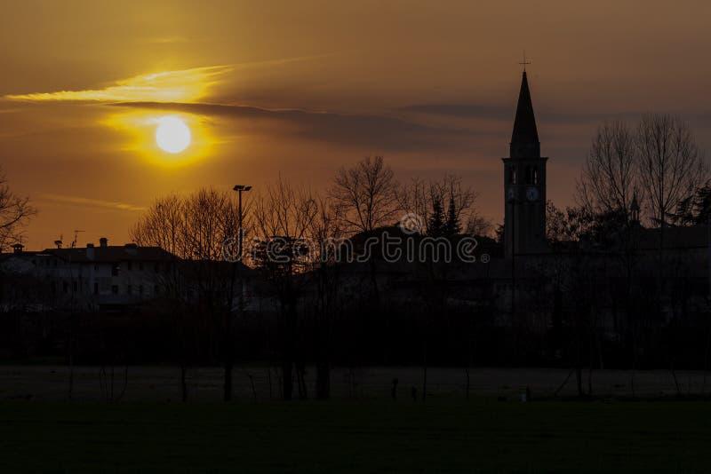 Tiempo en un pequeño pueblo italiano del campo - fotografía de la puesta del sol fotografía de archivo