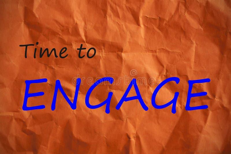 Tiempo Engage escrito en el papel anaranjado arrugado fotografía de archivo
