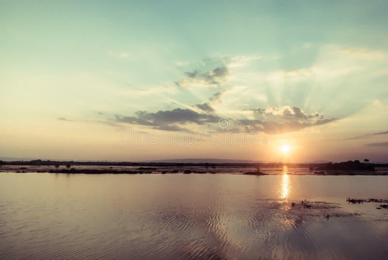 Tiempo fantástico de la puesta del sol del lago de la montaña foto de archivo libre de regalías