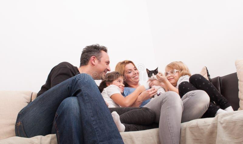 Tiempo feliz de la familia en la sala de estar imágenes de archivo libres de regalías
