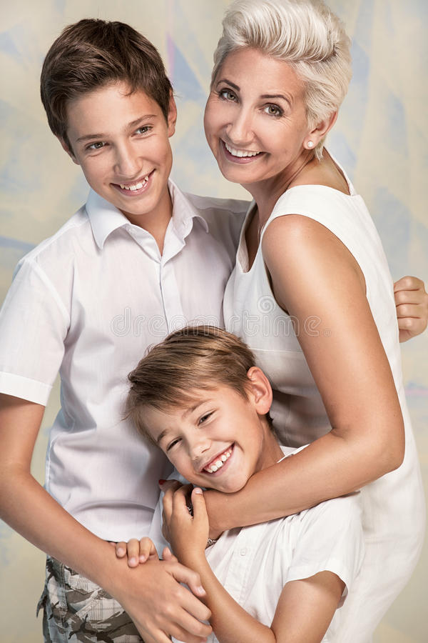 Tiempo feliz de la familia, madre con los hijos foto de archivo