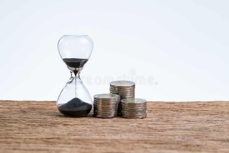 Tiempo financiero o de la inversión que cuenta con reloj de arena o sandglas foto de archivo
