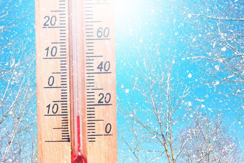 Tiempo frío del invierno - 10 grados de cent3igrado El termómetro en tiempo escarchado del invierno en la nieve muestra bajas tem foto de archivo libre de regalías