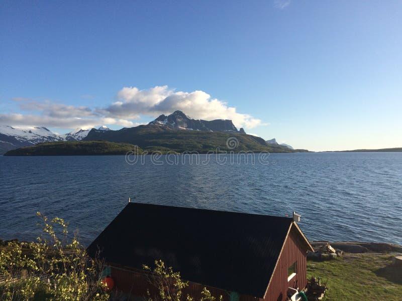 Tiempo hermoso y cielos azules por el mar foto de archivo libre de regalías