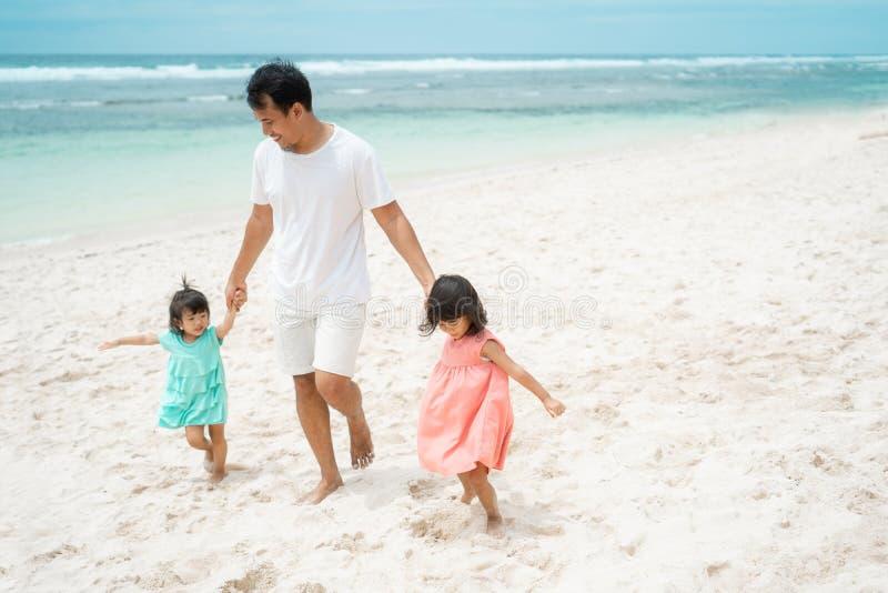 Tiempo libre con la hija dos que juega en la playa imagenes de archivo