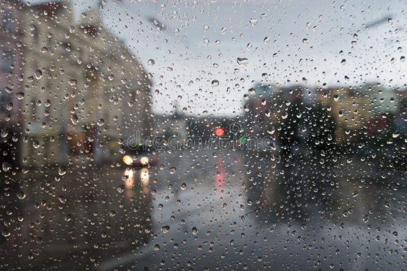 Tiempo lluvioso en ciudad imagen de archivo libre de regalías