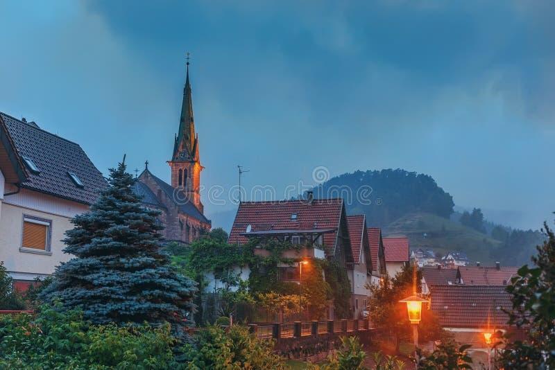 Tiempo lluvioso en los pueblos de montaña de Forest Germany negro imagenes de archivo