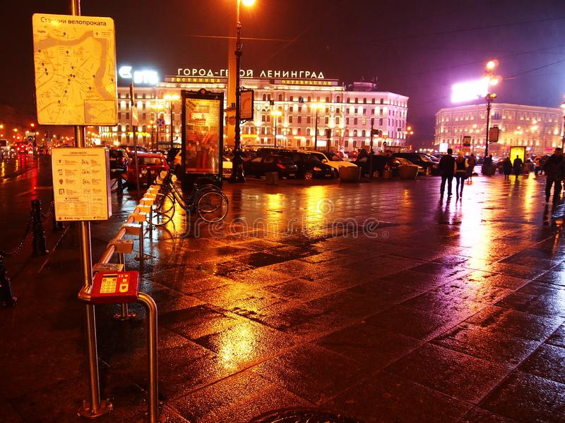 Tiempo lluvioso en St Petersburg Ciudad melanc?lica y lluviosa en el r?o de Neva Detalles y primer foto de archivo