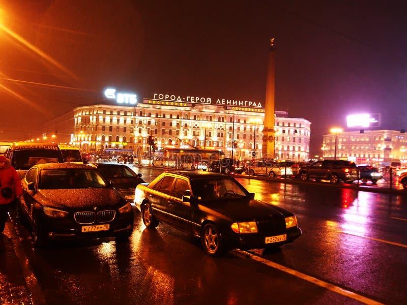Tiempo lluvioso en St Petersburg Ciudad melanc?lica y lluviosa en el r?o de Neva Detalles y primer imagenes de archivo