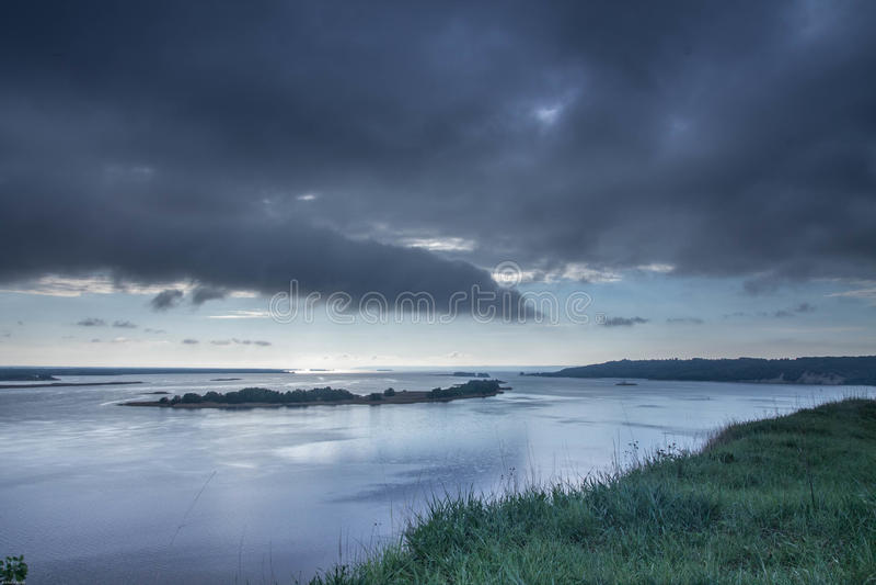 Tiempo muy nublado Nubes negras sobre el río El borde de la orilla del río paisajes imagen de archivo libre de regalías