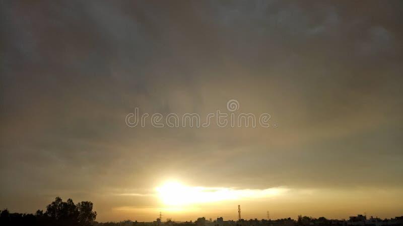 Tiempo nublado de la mañana de la subida de Sun foto de archivo