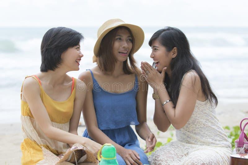 Tiempo que viaja de la felicidad relajante asiática joven de la mujer en la playa del mar imagen de archivo libre de regalías