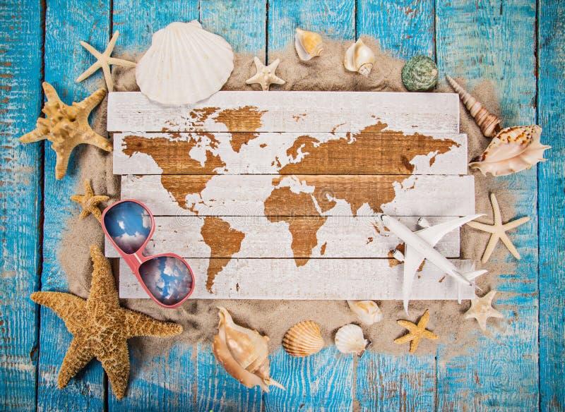 Tiempo que viaja del verano Fondo del día de fiesta del mar con las diversas cáscaras imagenes de archivo