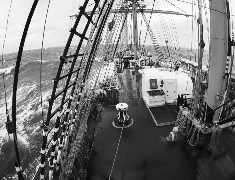 Tiempo salvaje en el mar en un tallship o un velero tradicional foto de archivo