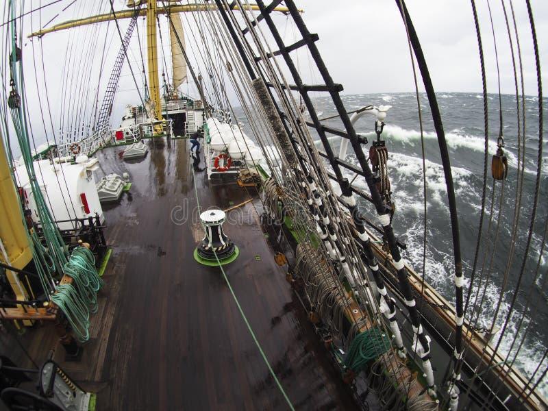Tiempo salvaje en el mar en un tallship o un velero tradicional imagen de archivo libre de regalías