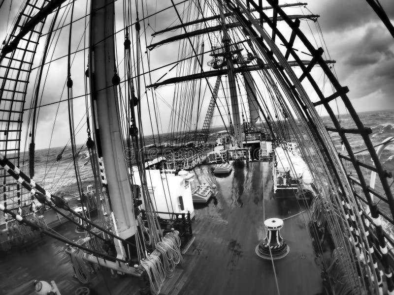 Tiempo salvaje en el mar en un tallship o un velero tradicional foto de archivo libre de regalías