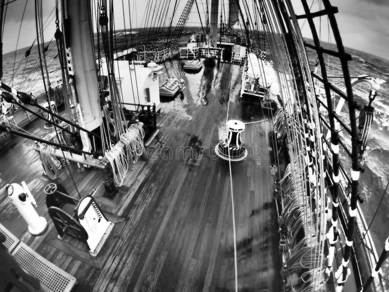 Tiempo salvaje en el mar en un tallship o un velero tradicional fotos de archivo