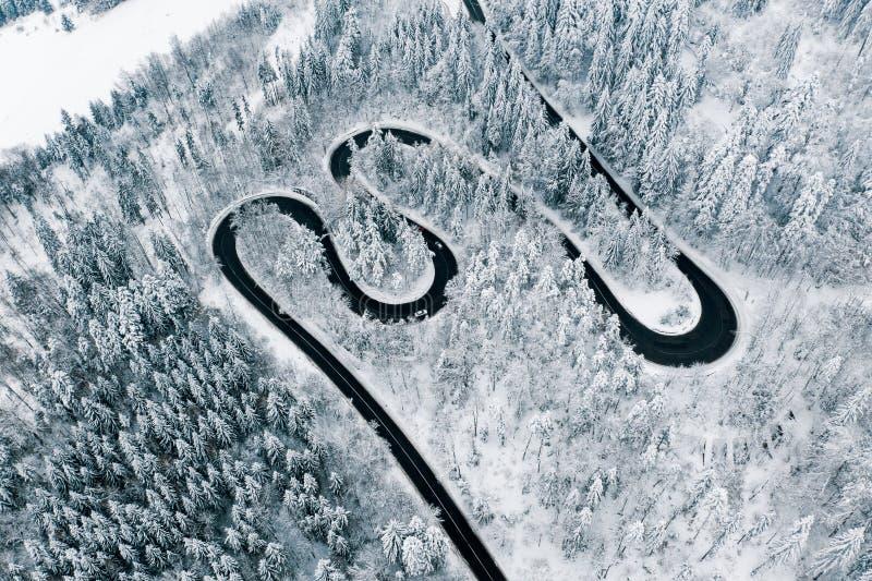 Tiempo severo del invierno en canal de los caminos los pasos de montaña de las montañas cárpatas imagenes de archivo
