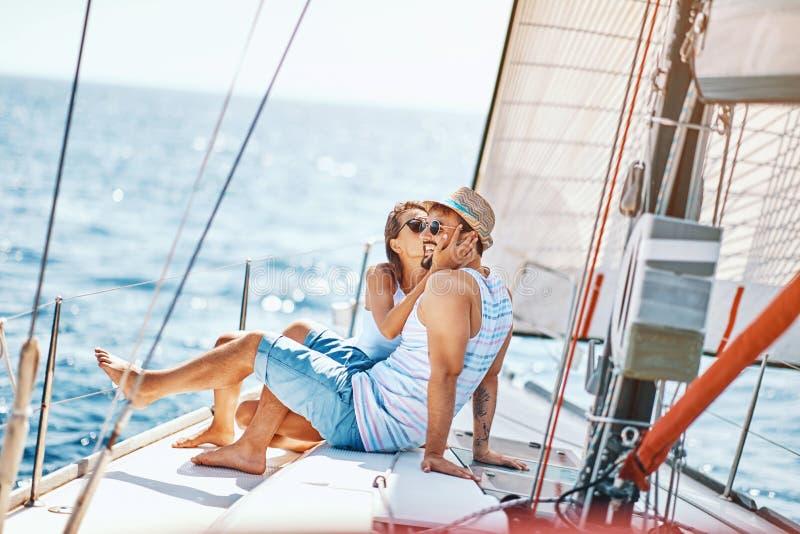 Tiempo sonriente del gasto de los amantes junto y relaj?ndose en el yate fotografía de archivo libre de regalías