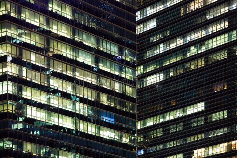 Tiempo suplementario de ?ltima hora en un edificio de oficinas moderno imagenes de archivo