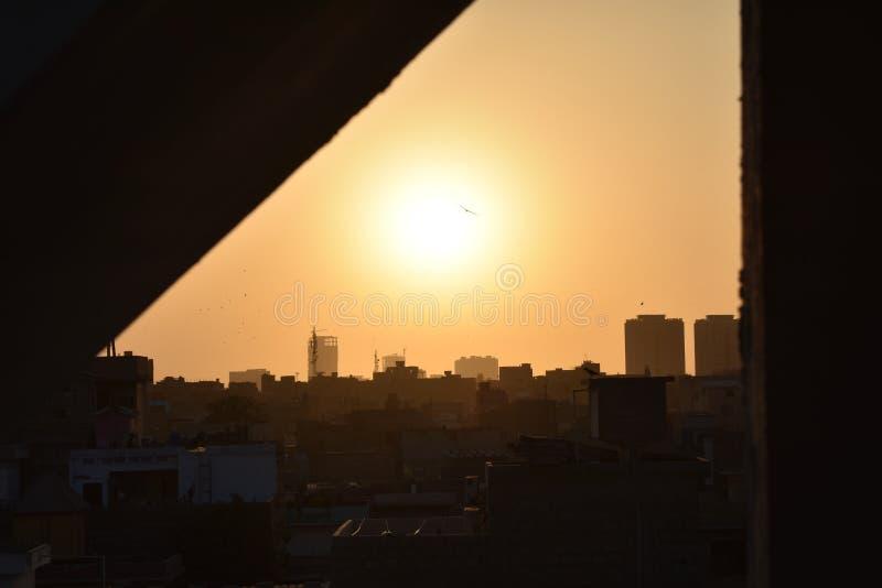 Tiempos de la puesta del sol, fondo de la puesta del sol de la ciudad imagen de archivo