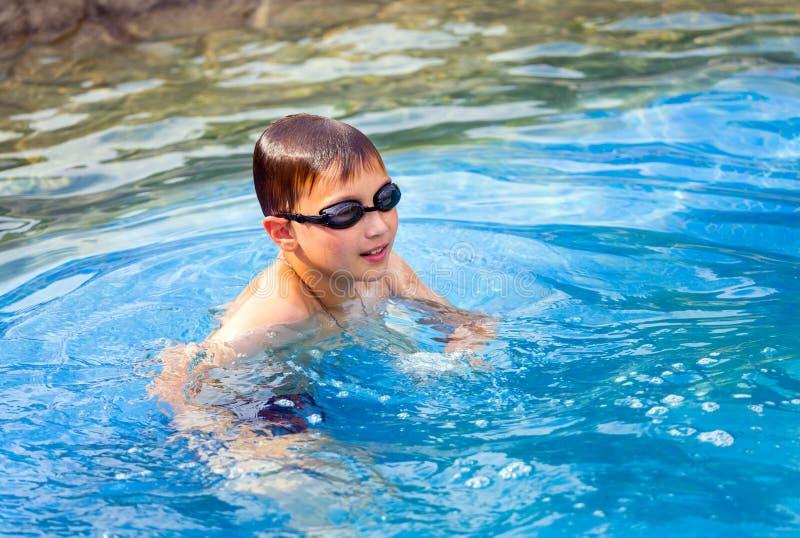 Tien éénjarigenjongen in zwembad stock afbeeldingen