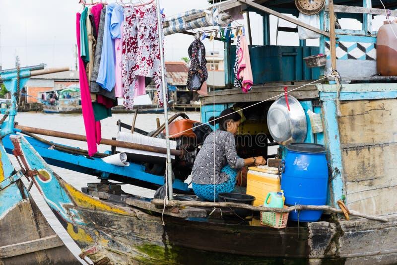 Tien Giang,越南- 2014年11月28日:浮动小船,生活在连队河,湄公河的贫困中的人的流动房子三角洲 库存图片