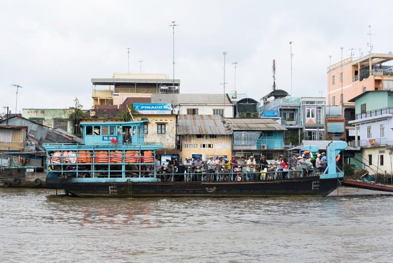 Tien Giang, Vietnam - 28 de noviembre de 2014: Transbordador, el medio del transporte de transitar el río cruzado de la gente en  fotografía de archivo