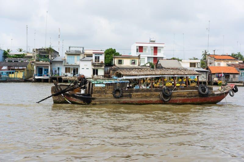 Tien Giang, Vietnam - 28. November 2014: Boot füllte mit Früchten, Gemüse und anderen Produkten im Verkauf auf sich hin- und herb lizenzfreie stockfotografie