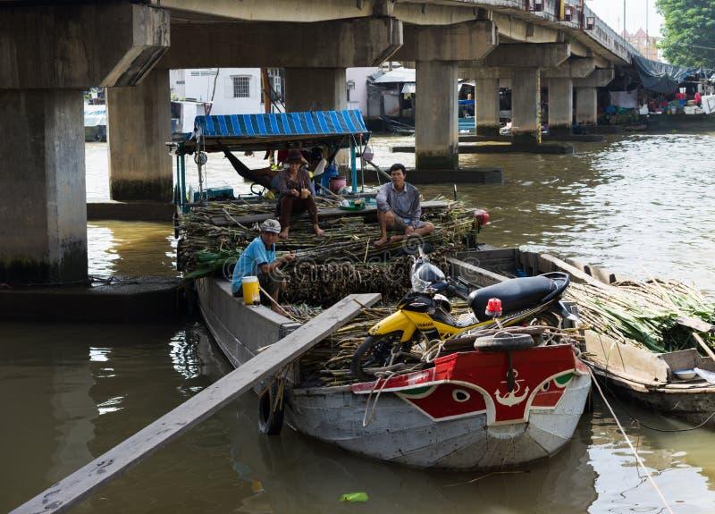 Tien Giang Vietnam - November 28, 2014: Sväva fartyget som laddas med sockerrottingen på försäljning på Cai Be som svävar marknad royaltyfria bilder