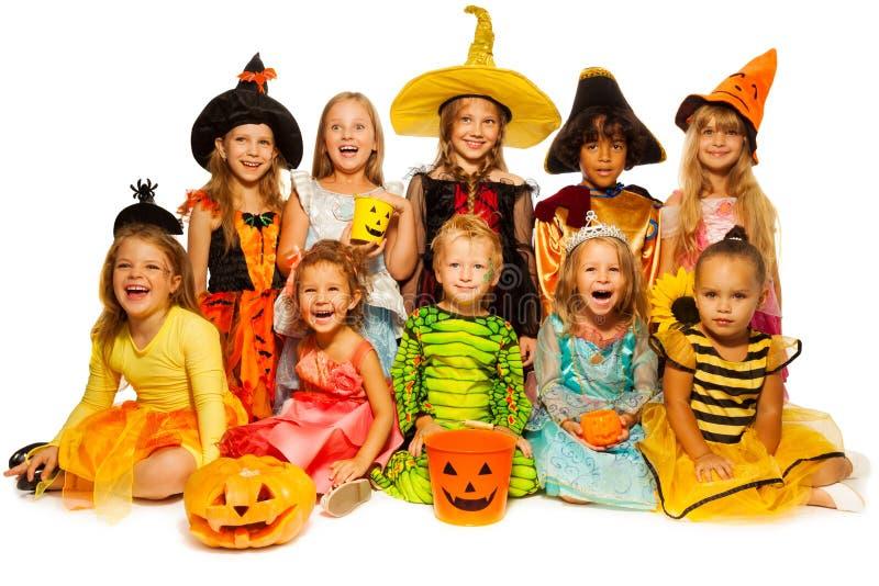 Tien jonge geitjes in Halloween-samen geïsoleerde kostuums stock afbeeldingen