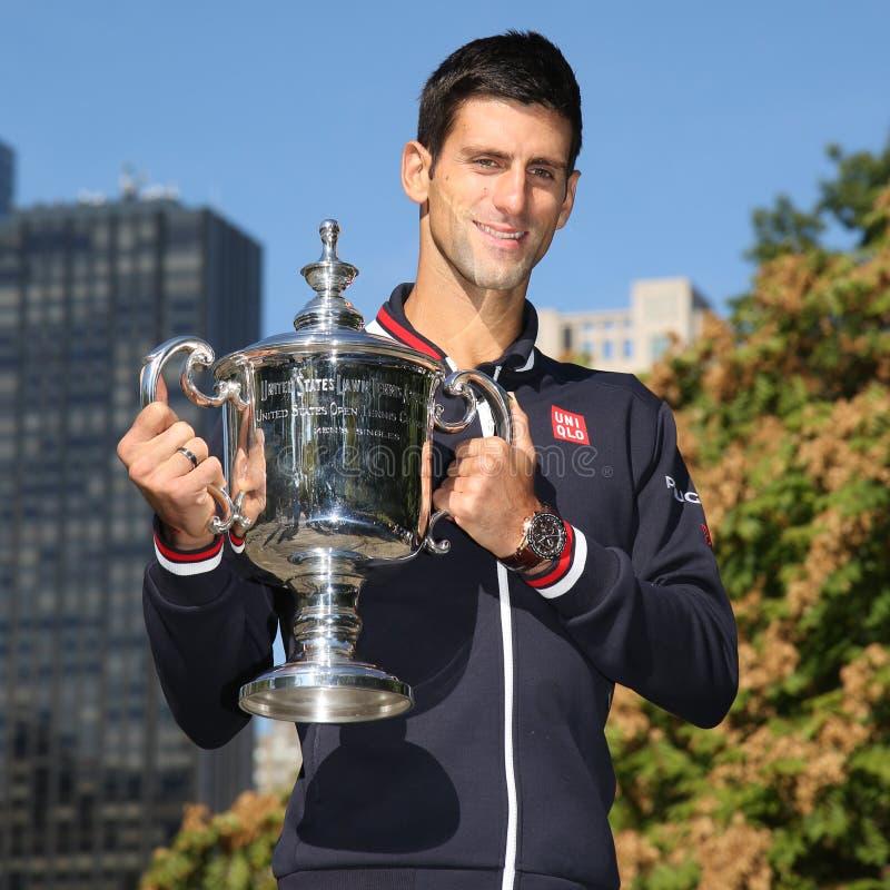 Tien keer het Grote stellen van Novak Djokovic van de Slagkampioen in Central Park met kampioenschapstrofee royalty-vrije stock foto's