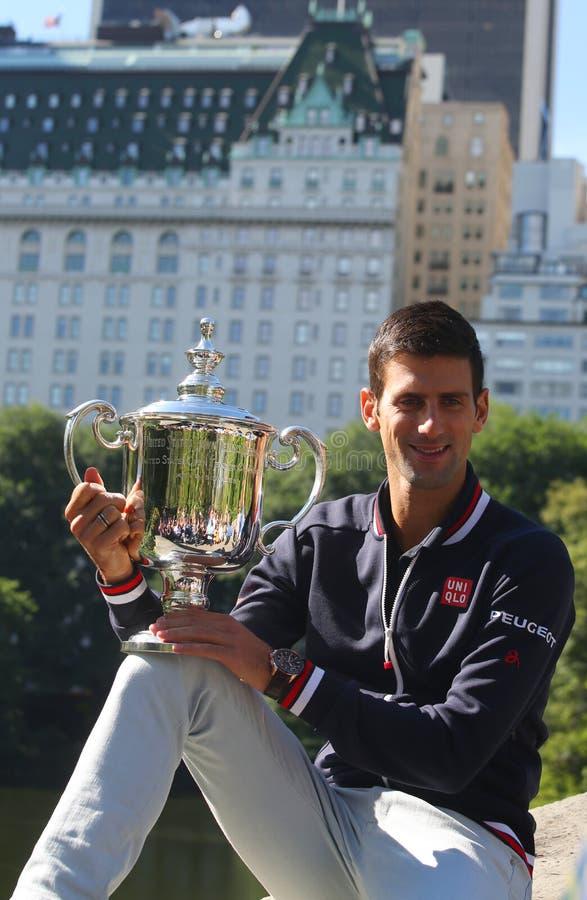 Tien keer het Grote stellen van Novak Djokovic van de Slagkampioen in Central Park met kampioenschapstrofee royalty-vrije stock foto