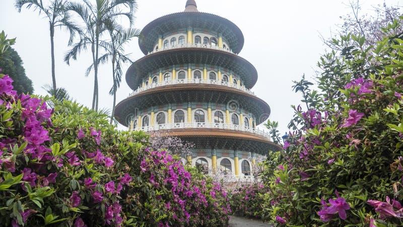 Tien-Yuan tempel med den körsbärsröda blomningen i Taipei royaltyfria foton