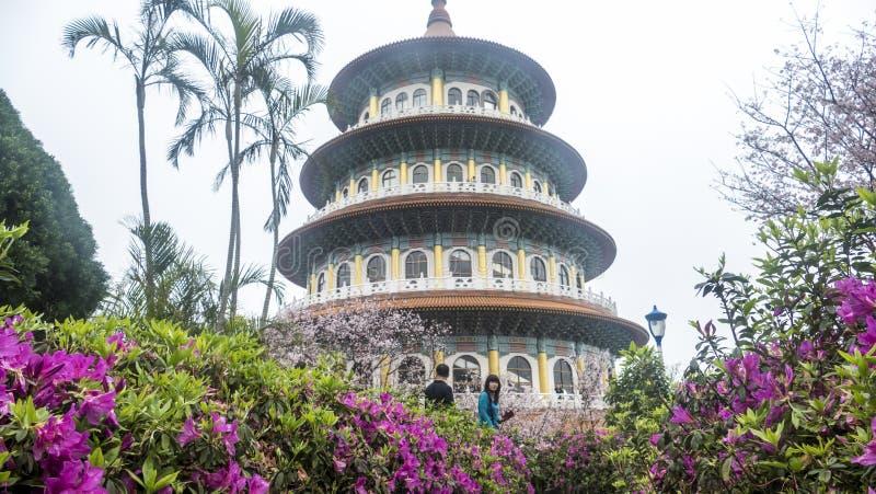 Tien-Yuan tempel med den körsbärsröda blomningen i Taipei fotografering för bildbyråer