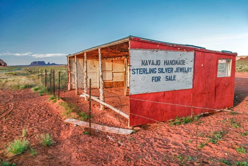Tienda abandonada de Navajo en valle del monumento imagen de archivo
