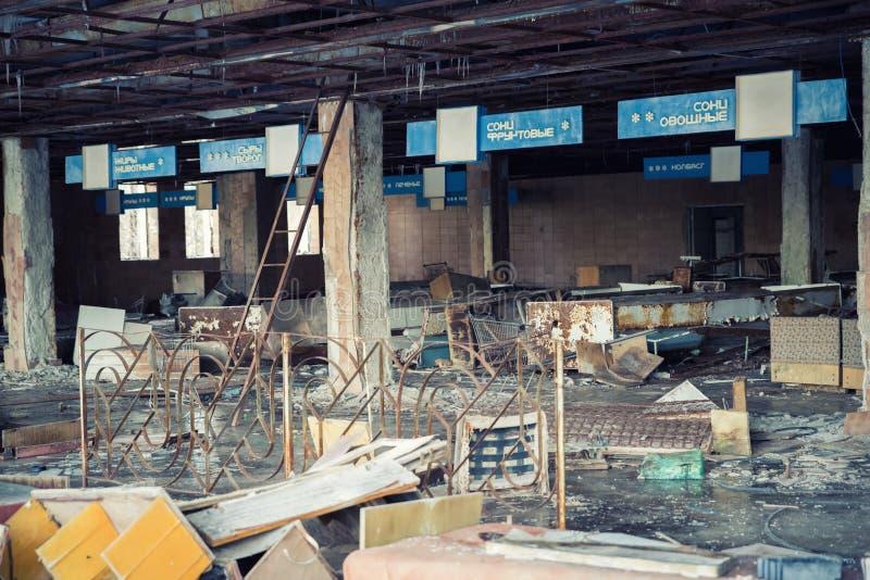 Tienda abandonada en la ciudad de Pripyat, zona de exclusión de Chernobyl, Ucrania foto de archivo