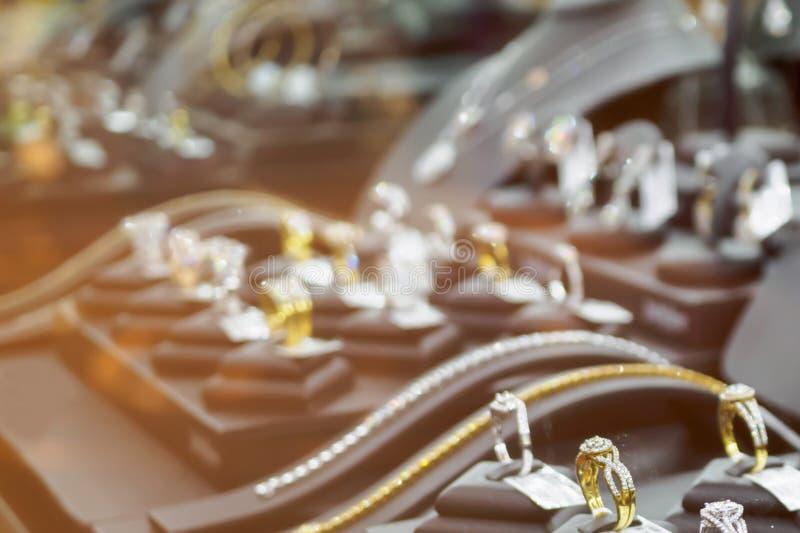 Tienda abstracta del diamante de la joyería de la falta de definición con los anillos y los collares imagenes de archivo