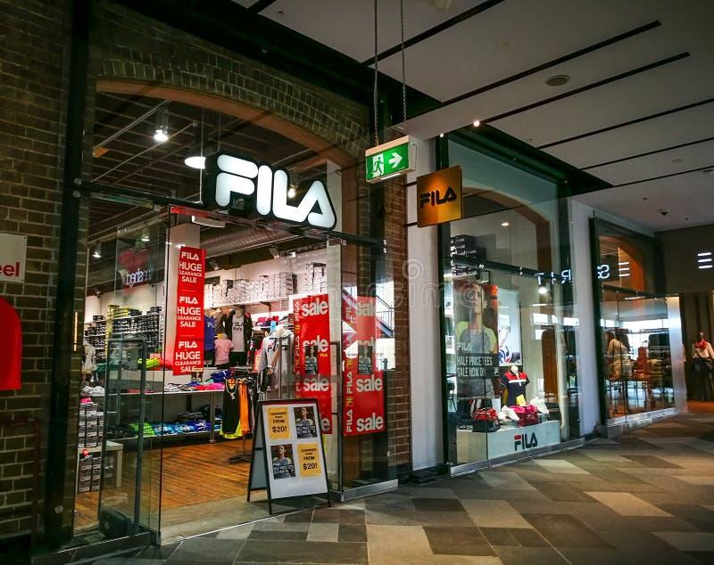 Tienda al por menor de FILA Sportswear, de la ropa del tenis, de los zapatos y de los accesorios en el centro comercial del punto imagenes de archivo
