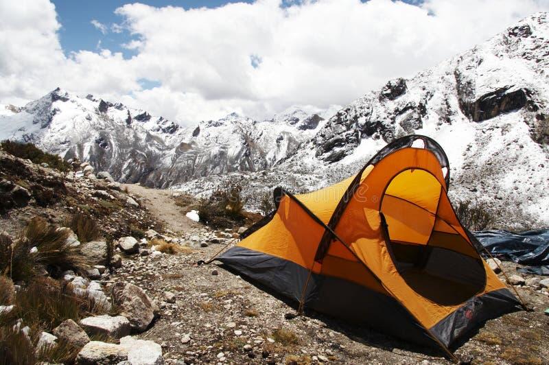 Tienda amarilla en la montaña foto de archivo libre de regalías