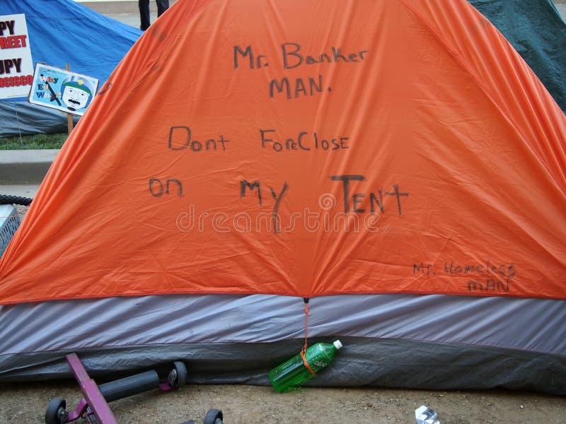 Tienda con escrito del Sr. Banquero No te olvides de mi tienda, Sr. Hombre sin hogar en Occupy SF fotos de archivo libres de regalías