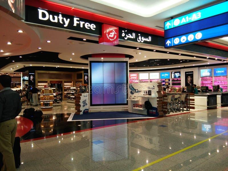 Tienda con franquicia en el aeropuerto de Dubai International imagen de archivo libre de regalías