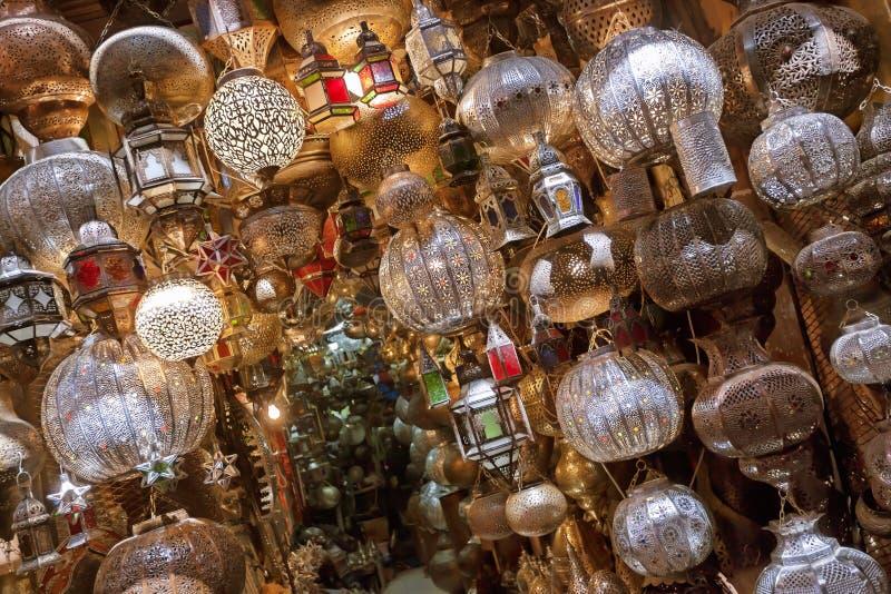 Tienda con las lámparas marroquíes y árabes del traitional. fotografía de archivo