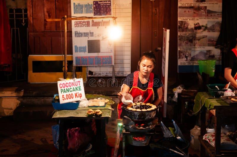Tienda de alimentos asiática de la calle del estilo con la crepe del coco de los bocados de Laos foto de archivo libre de regalías