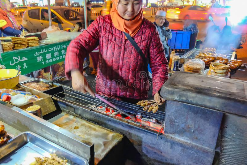 Tienda de alimentos deliciosa de la calle del palillo del cordero de la parrilla en China de Zhejiang del mercado de la noche de  fotografía de archivo