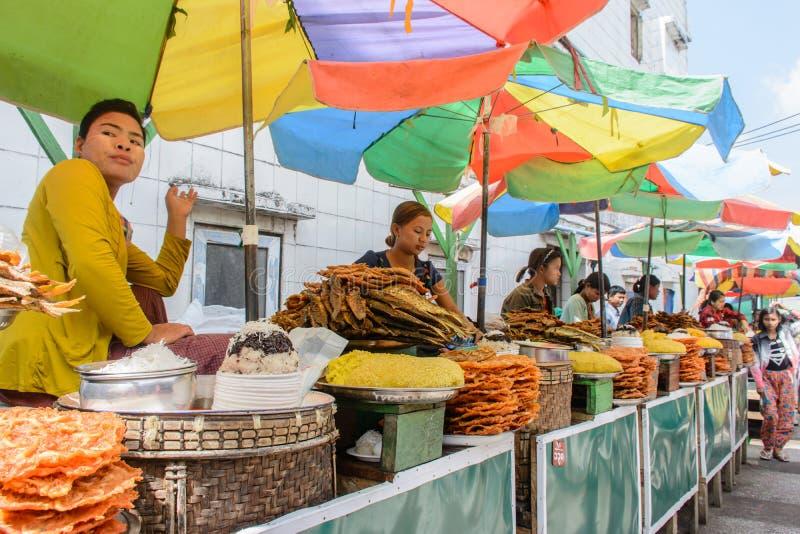 Tienda de alimentos tradicional en la pagoda de Kyaik Htee Yoe, Myanmar, March-2018 fotos de archivo libres de regalías