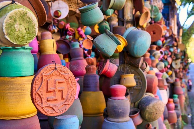 Tienda de arte local de la cerámica en la pequeña calle de Ubud, Bali imagen de archivo