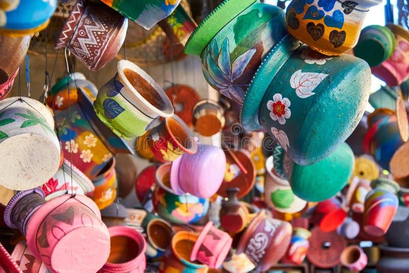 Tienda de arte local de la cerámica en la pequeña calle de Ubud, Bali imágenes de archivo libres de regalías
