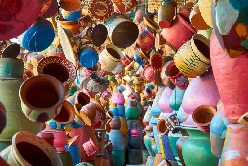 Tienda de arte local de la cerámica en la pequeña calle de Ubud, Bali fotografía de archivo libre de regalías