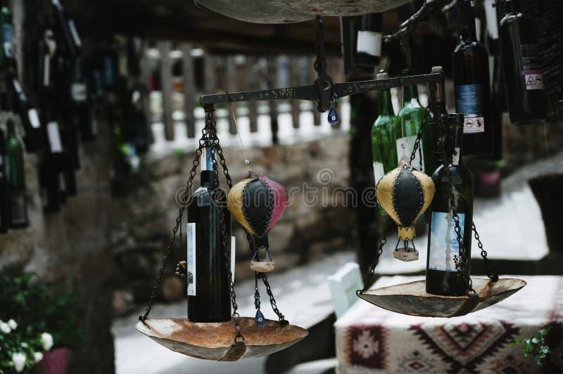 Tienda de botellas viejas de vino en sótano Cierre para arriba imagenes de archivo